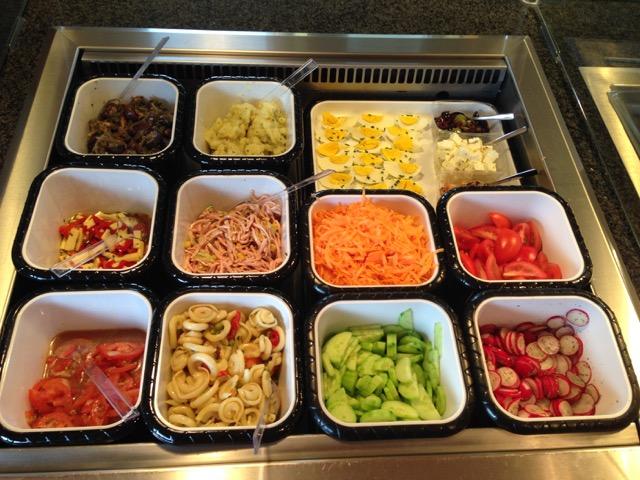 Mittagstisch mit Salat und Suppen